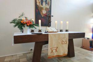 Altar mit Bibel und Kerzen