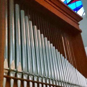 Orgelpfeifen einer zweimanualigen Walcker-Orgel