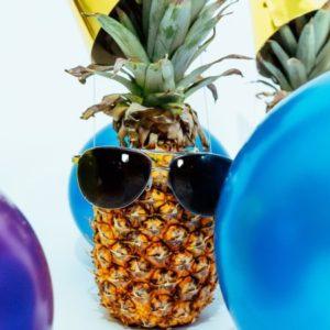 Ananas mit Sonnenbrille und Ballons
