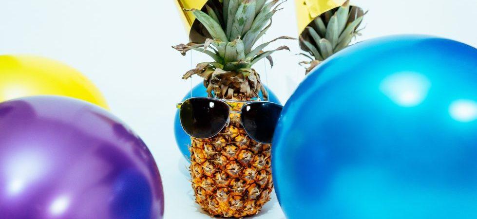 Kinderparty Ananas mit Sonnenbrille und Ballons